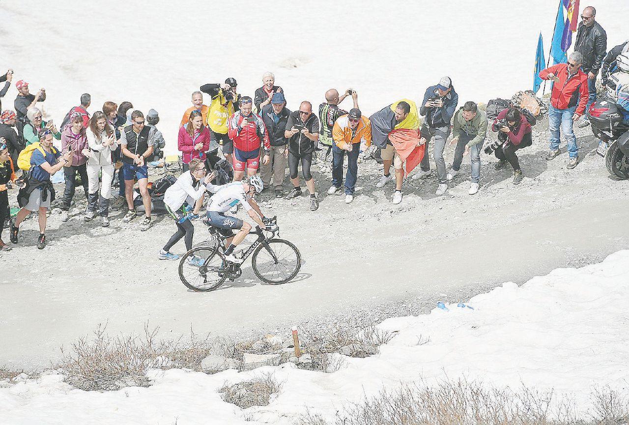 Froome spiazza il Giro: leggenda da maglia rosa