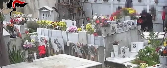 """Palermo, il cimitero degli orrori: """"Tombe violate per vendere loculi"""". Quattro arresti: indagato anche l'ex parrocco"""