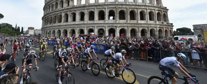 Giro d'Italia, i corridori protestano per le buche di Roma: tappa neutralizzata a 7 giri dal termine