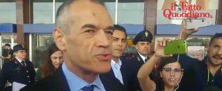 """Governo, l'assedio dei giornalisti a Carlo Cottarelli: """"Missione impossibile? Devo andare al Quirinale"""""""