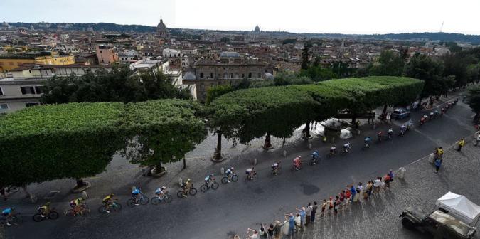 """Giro d'Italia, giallo su una frase degli organizzatori: """"Asfalto di Roma? Ciclisti abituati a correre in condizioni peggiori"""""""