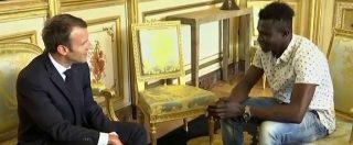 """Parigi, l'incontro tra il presidente Macron e il migrante-eroe: """"Raccontami come hai salvato il bambino"""""""