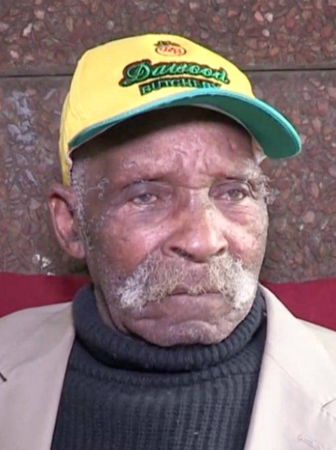 Smette di fumare a 114 anni: la storia di Fredie Blom, che dice di essere l'uomo più vecchio del mondo
