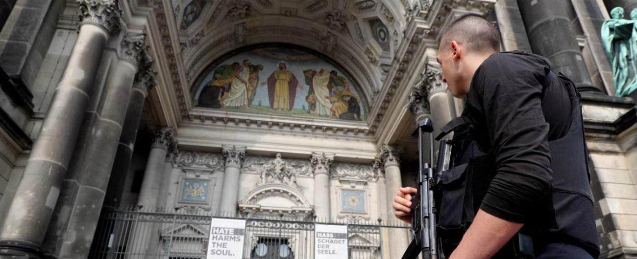 """Berlino, poliziotto spara a un uomo all'interno del Duomo: """"Era aggressivo e armato di coltello"""". Escluso terrorismo"""