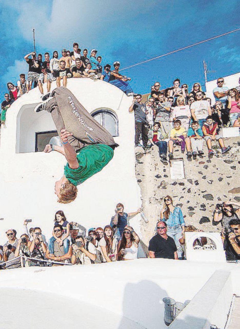 Santorini: troppa movida dà vita agli zombie