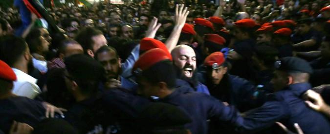 Giordania, è rivolta contro l'austerity Nuove tasse per restituire soldi al Fmi Scontri in piazza, si dimette il premier