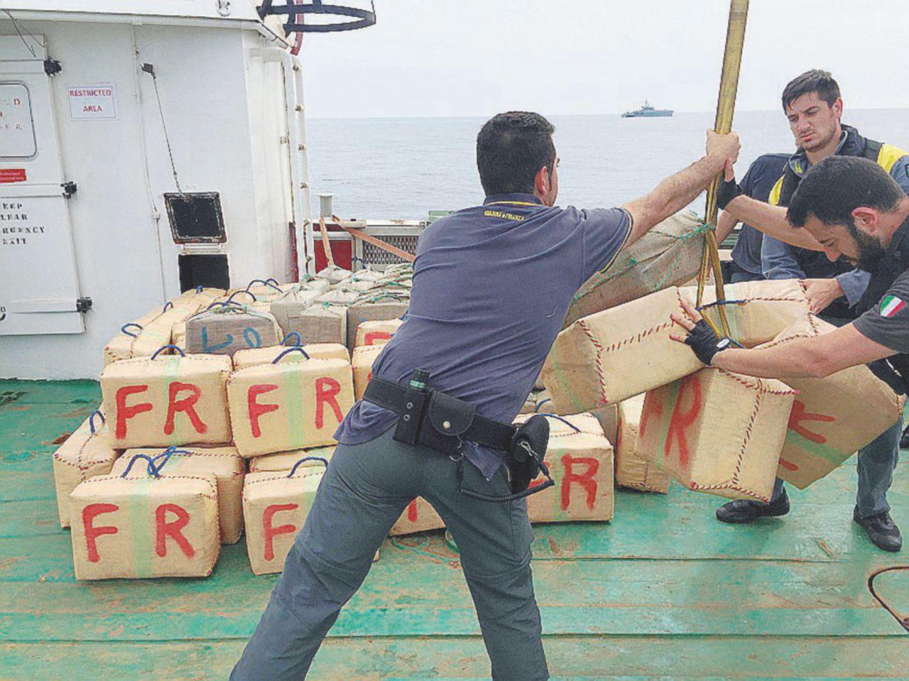 La multinazionale del traffico di droga: a bordo del cargo arrestati in 9 (di 7 nazionalità)