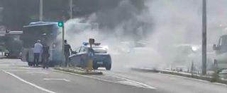 Roma, autobus a fuoco vicino al Vaticano: fumo e fiamme in strada, circolazione in tilt