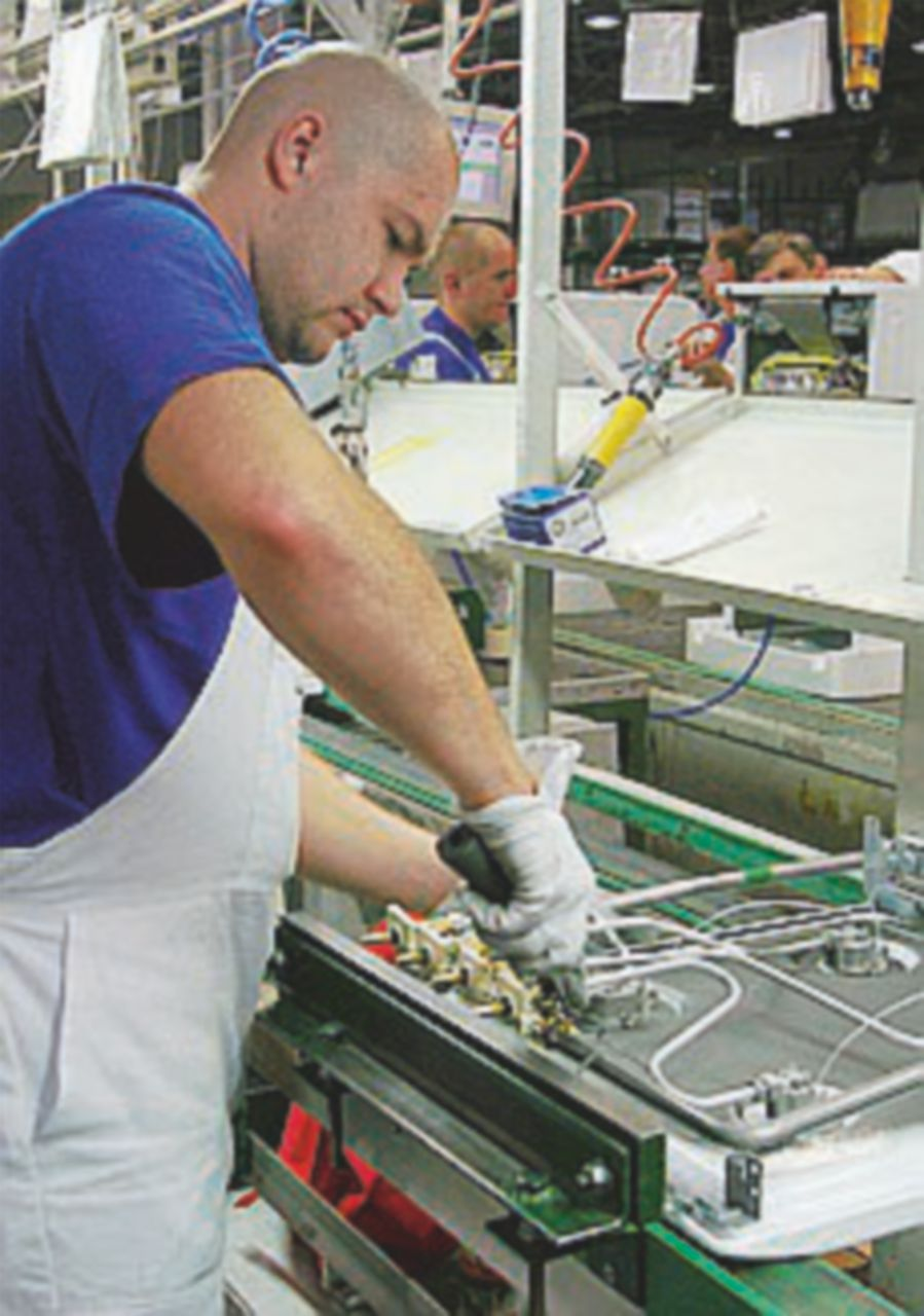 La produzione industriale frena più del previsto: -1,2%
