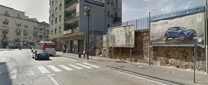 Napoli, algerino protesta contro auto che non si ferma sulle strisce pedonali: accoltellato da tre giovani