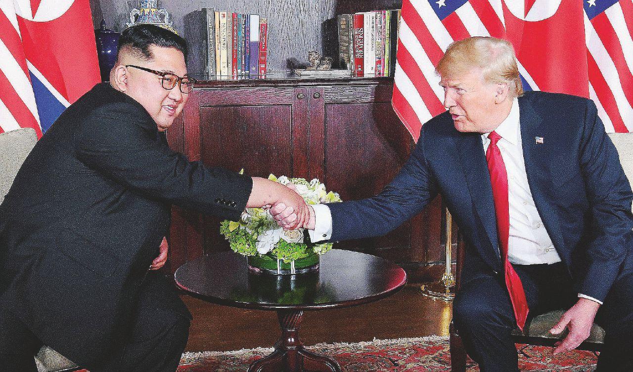 Strette di mano e cetrioli coreani: la pace è uno show