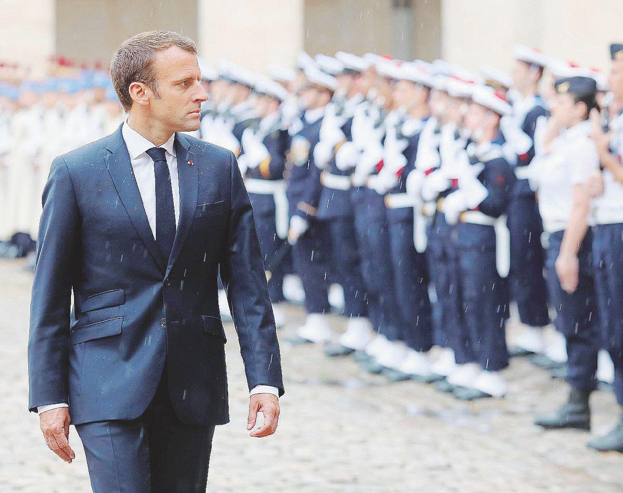 Macron attacca sui rifugiati pensando a banche e Libia