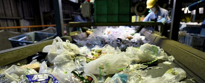 Rifiuti, buttiamo plastica perché compriamo plastica. Ma non abbiamo altra scelta