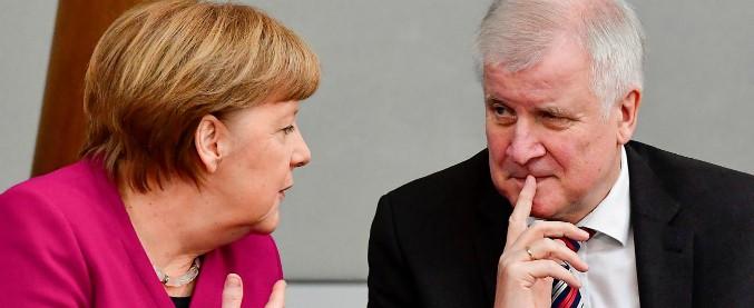Germania, dopo lo scontro Merkel e Seehofer trovano intesa su zone di transito per respingimenti migranti