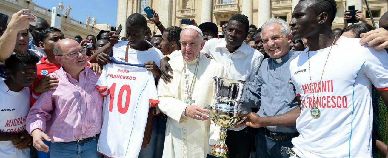 """Migranti, Papa Francesco: """"Sono persone, non numeri. Bisogna cambiare mentalità, l'altro non è una minaccia"""""""