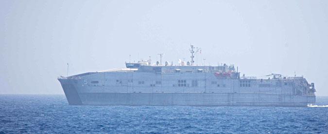 Migranti, nave Usa senza celle frigorifere a bordo: salva 40 superstiti ma scarica in mare 12 corpi. Ora non sa dove attraccare