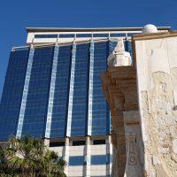 Contrasti: la fontana greca e l'hotel Bellavista.