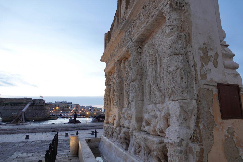 """La fontana greca, in """"terraferma"""", sullo sfondo la città vecchia."""