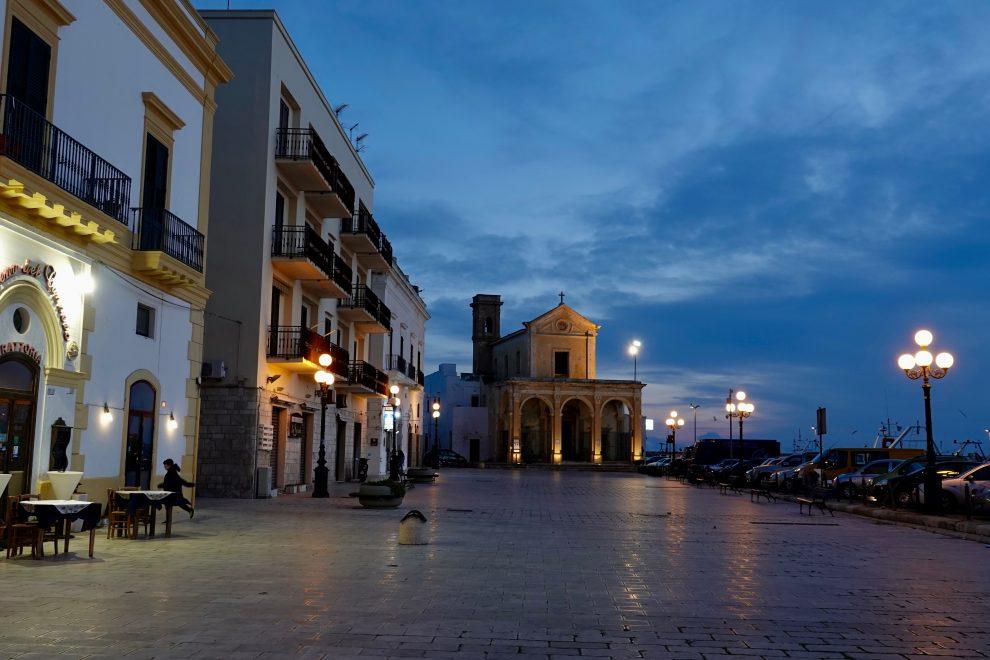 Piazza Aldo moro, sullo sfondo il santuario di Santa Maria del Canneto.