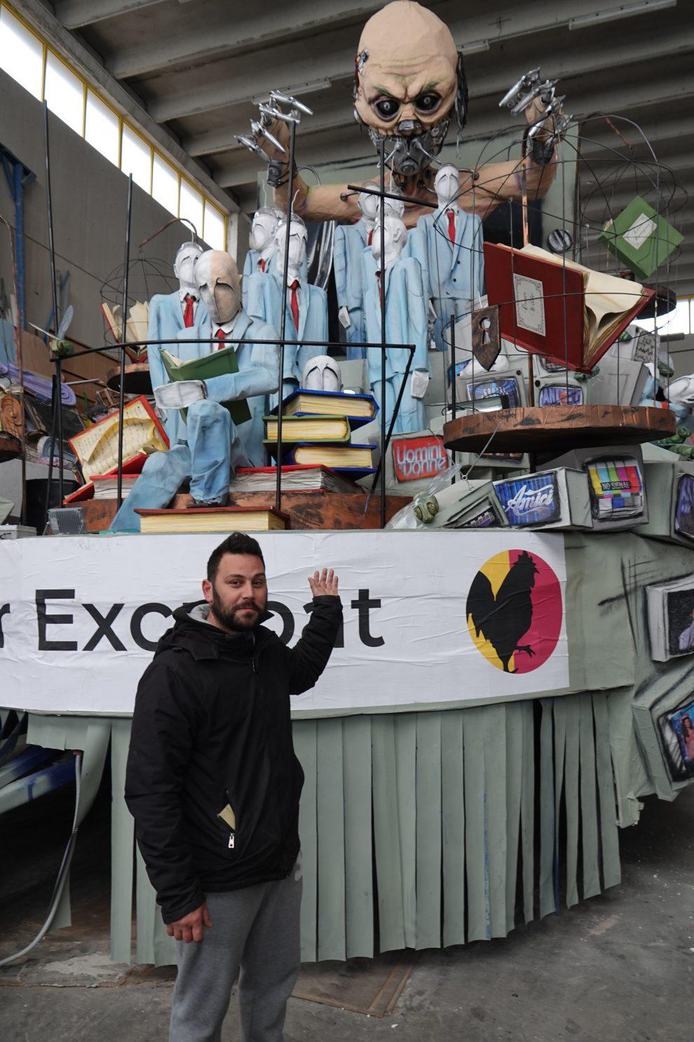 Uno dei complessi carri del Carnevale insieme al suo autore, Stefano Coppola.