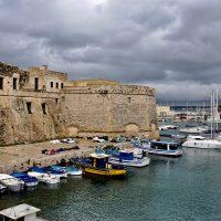 Barche ancorate sotto il castello.