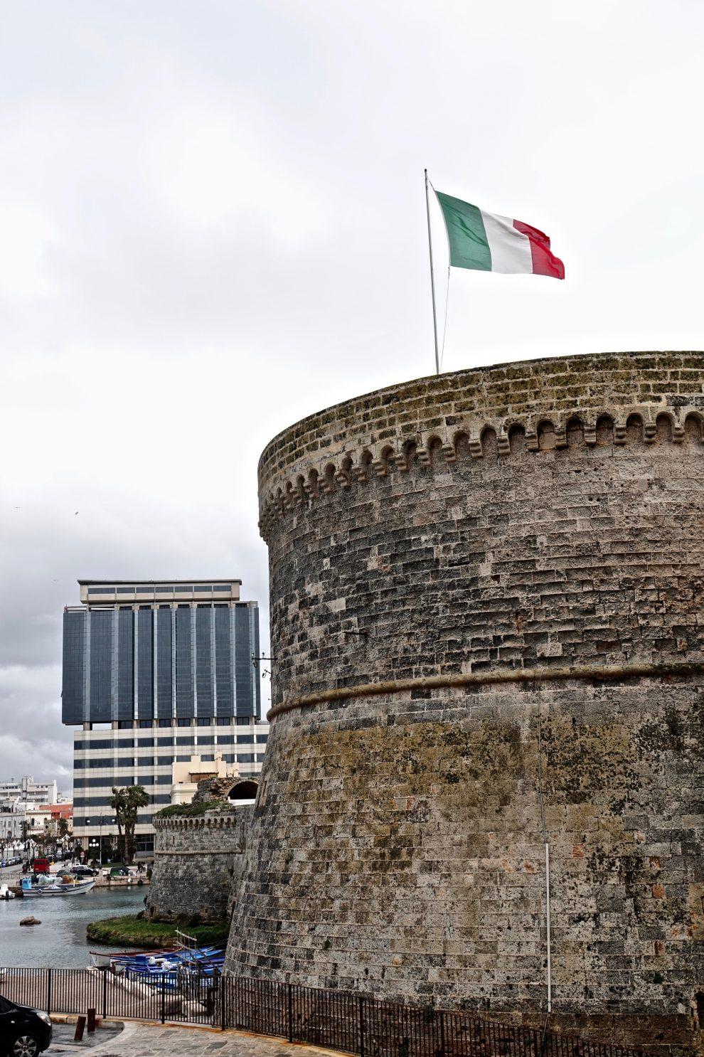 Ancora un contrasto: il castello Aragonese e l'hotel Bellavista.