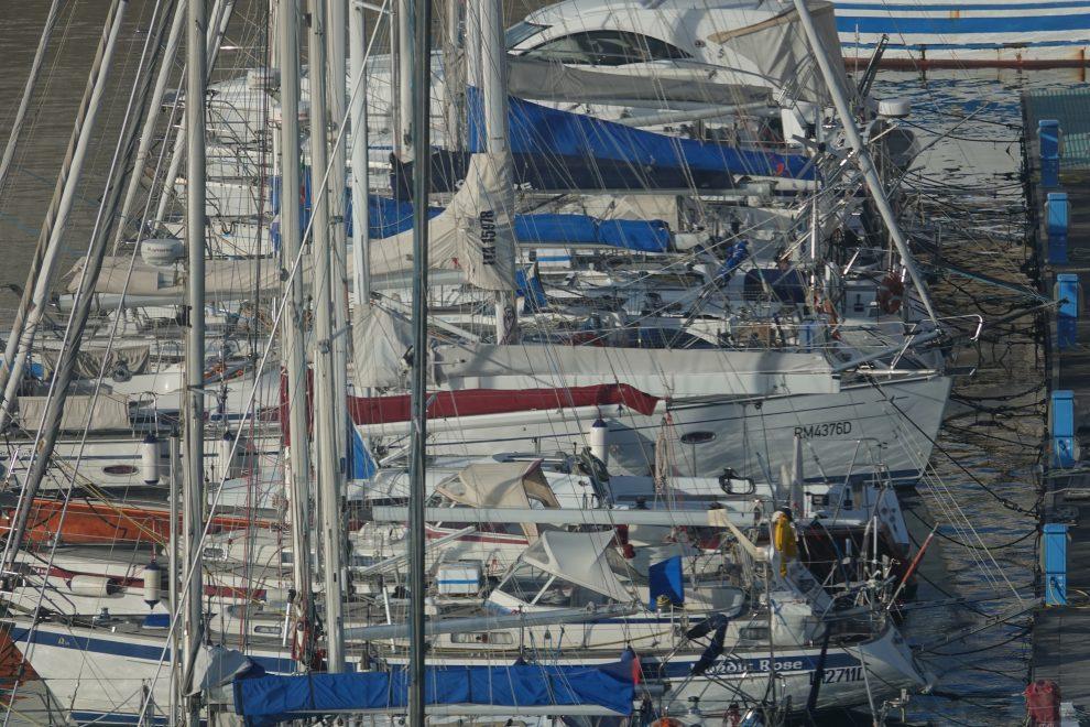 Una banchina affollata da barche da diporto.