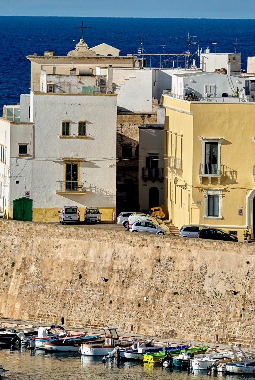 La città vecchia dietro le mura.