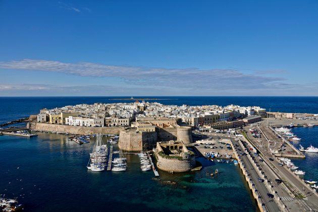 Vacanze: Gallipoli, la scatenata Ibiza salentina tra storia, folklore, antichi fasti. E spiagge.