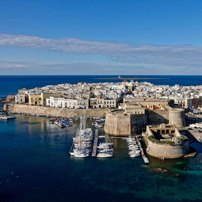 Vacanze: Gallipoli, l'Ibiza salentina tra storia, folklore, antichi fasti. E spiagge fashion
