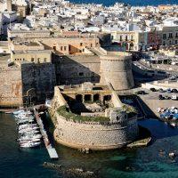 Il castello aragonese a sorto a difesa della città.