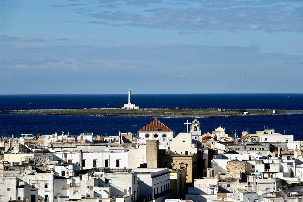 Sullo sfondo l'isola di Sant'Andrea, disabitata.