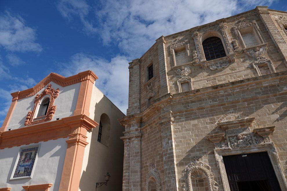 La chiesa di San Domenico al Rosario e a sinistra del Santissimo Crocificco.