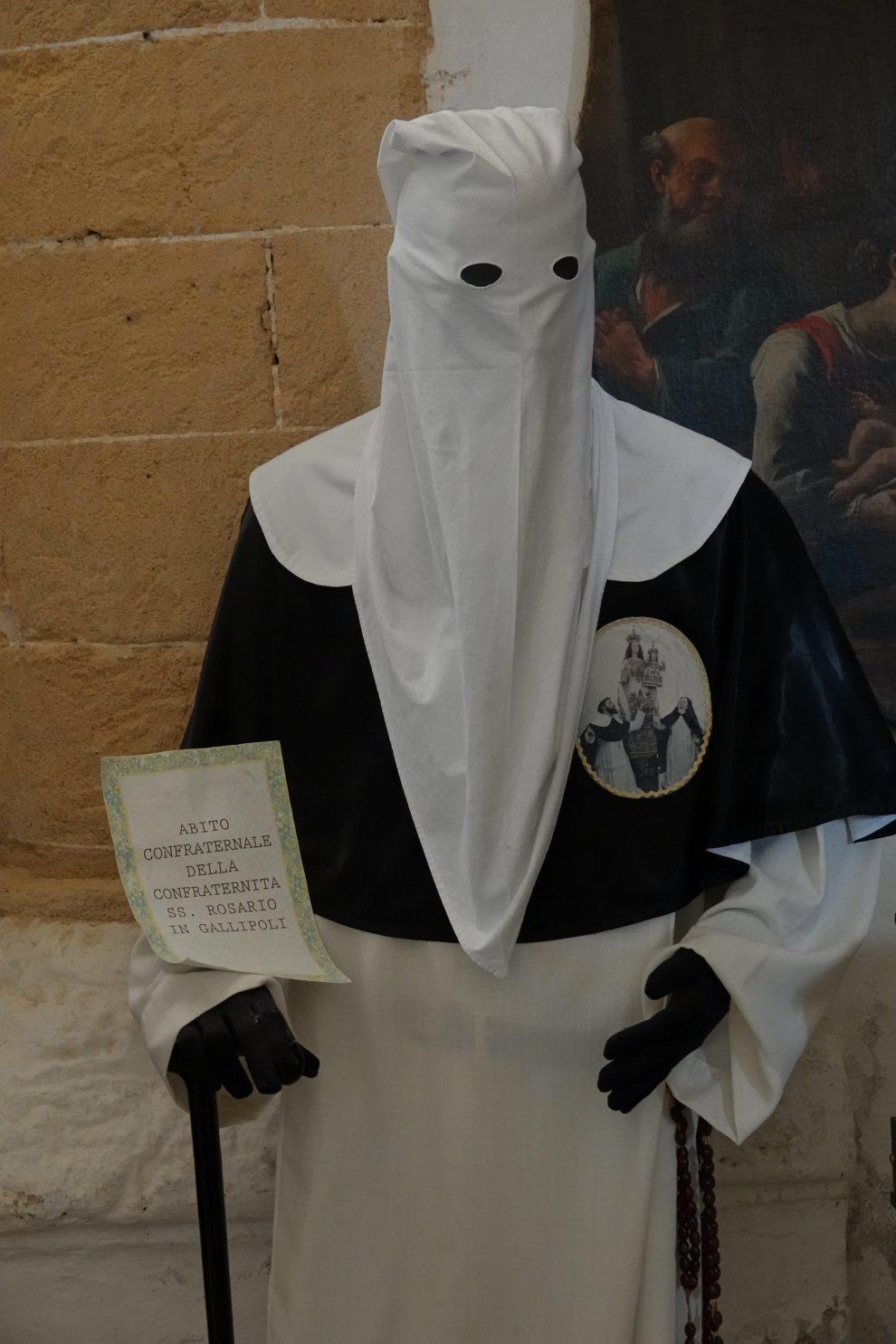 Il costume tradizionale di una confraternita.