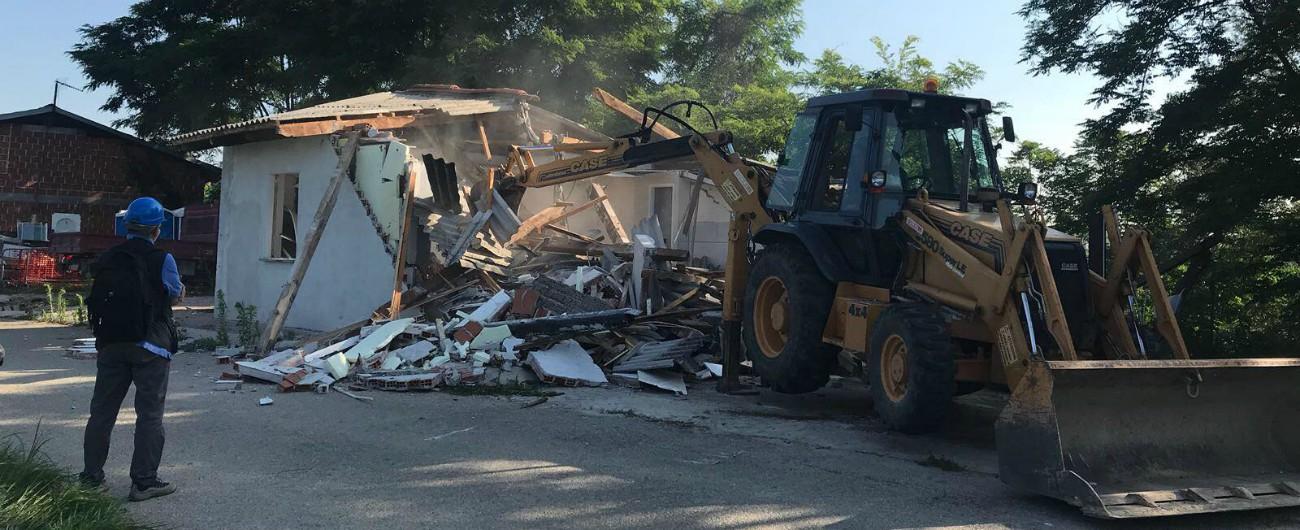 """Sinti, la demolizione della casa abusiva a Carmagnola tra fatti e parole: """"Iniziativa giudiziaria non politica"""""""