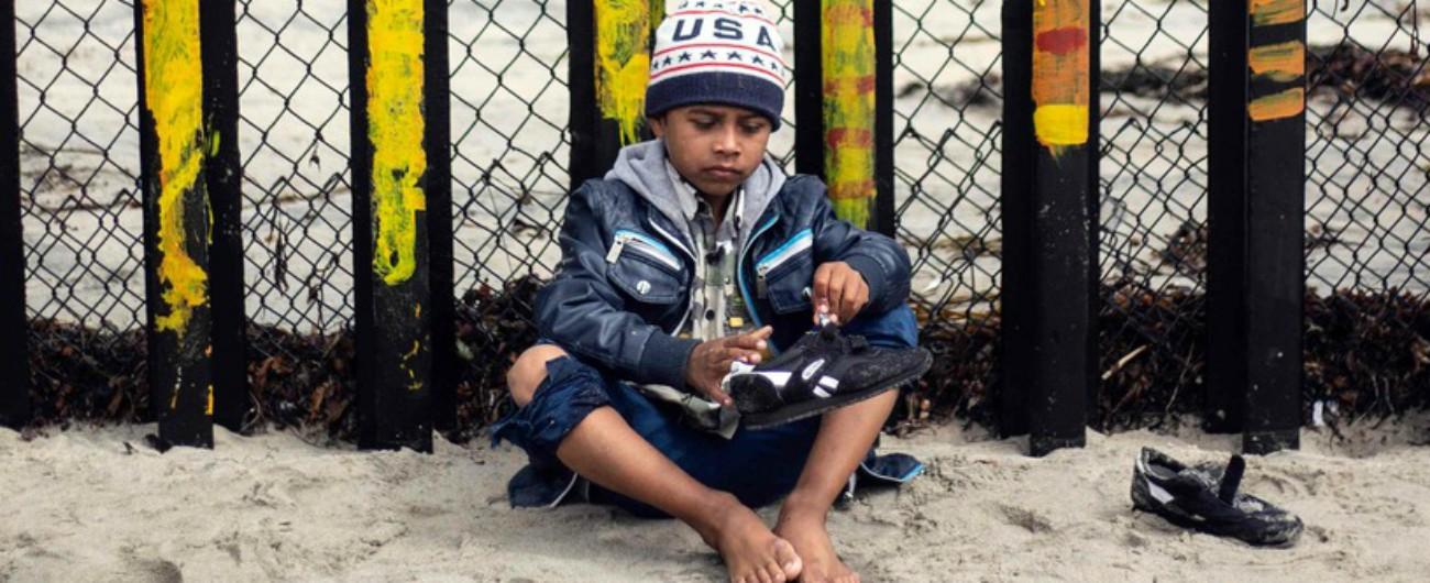 Usa, figli strappati ai migranti dal Messico. Gli arrivi non calano: la mossa di Trump per mostrarsi più duro in vista del voto