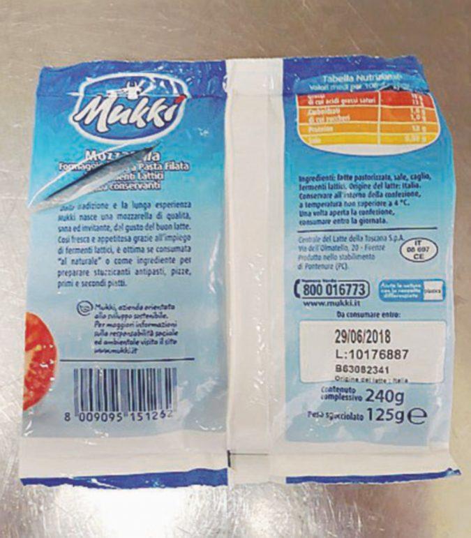 Mozzarelle con sorpresa: aghi da cucito nel latticino