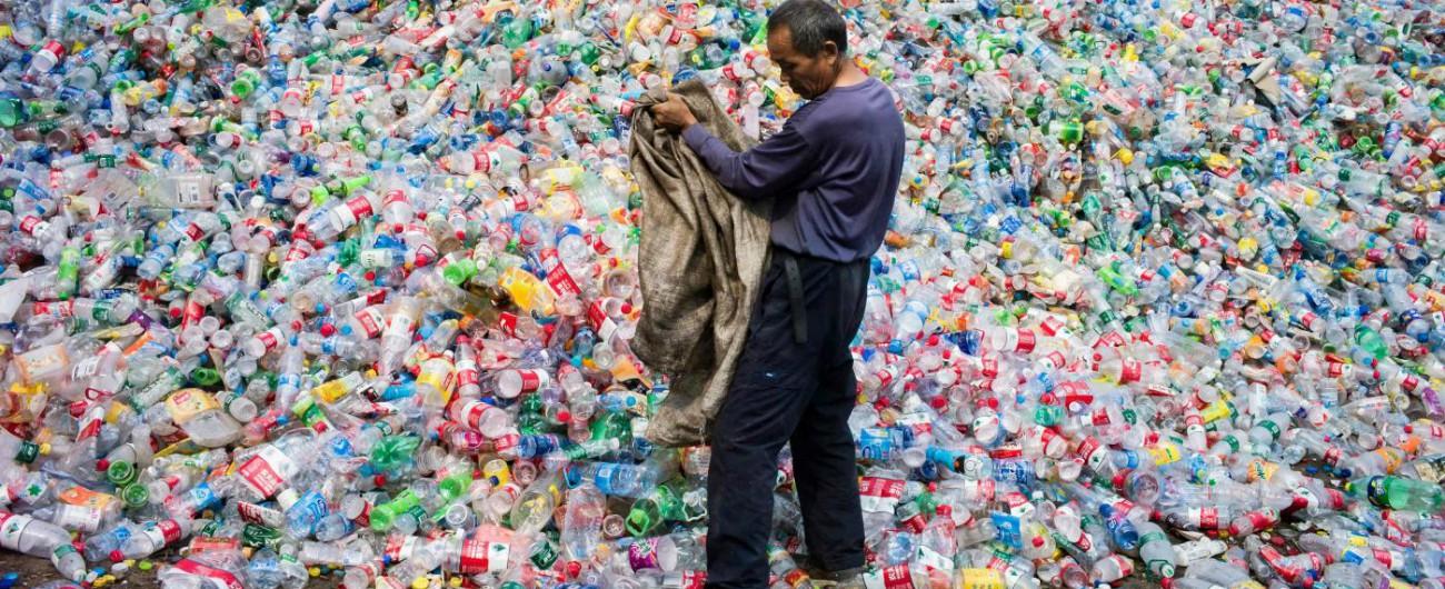 Plastica, dal 2021 al bando quella usa e getta: dai cotton fioc ai piatti. Ecco i materiali alternativi