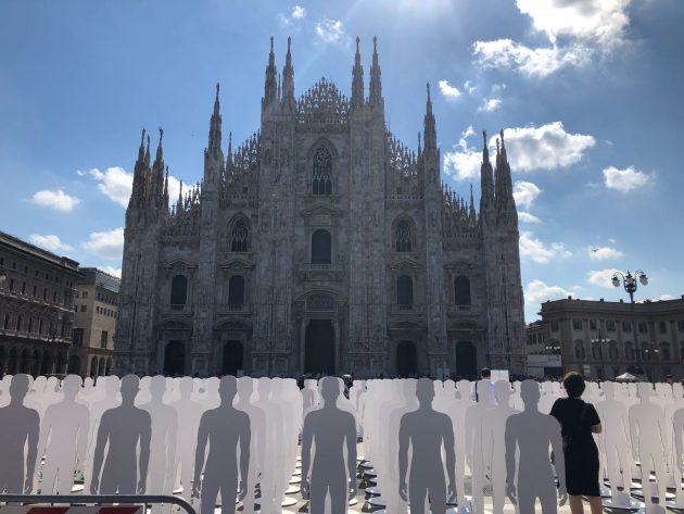 Morti sul lavoro, manifestazione Ugl a Milano: 1029 sagome bianche in piazza Duomo per ricordare le vittime ...