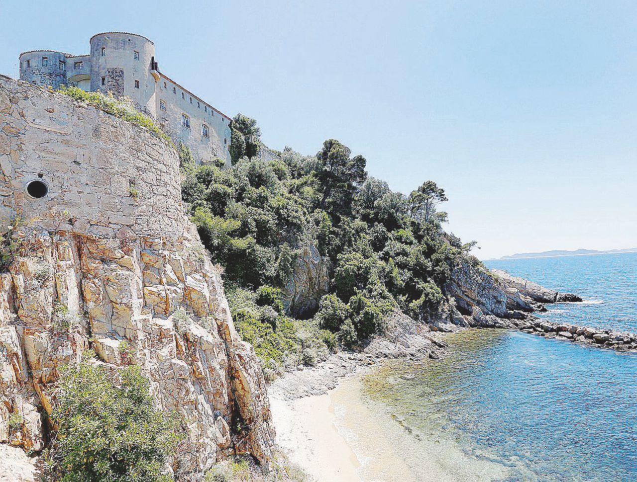 Macron, il Fort Brégançon è più chic con una piscina