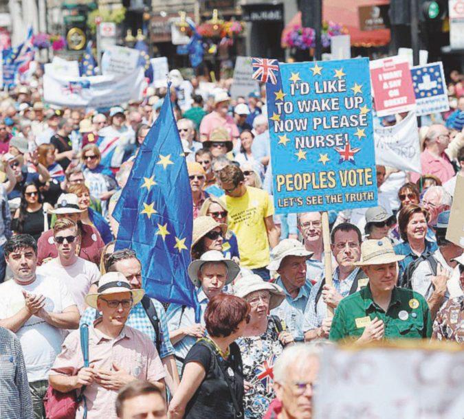 """""""Fermiamo la Brexit"""", ma Corbyn non si vede"""