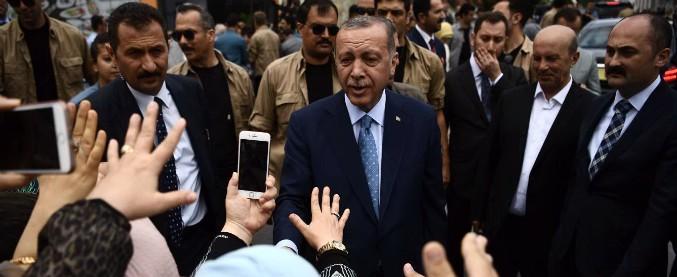 """Elezioni Turchia, Erdogan trionfa con il 53% dei voti: """"Vittoria della democrazia"""". Lo sfidante: """"Dati manipolati"""""""