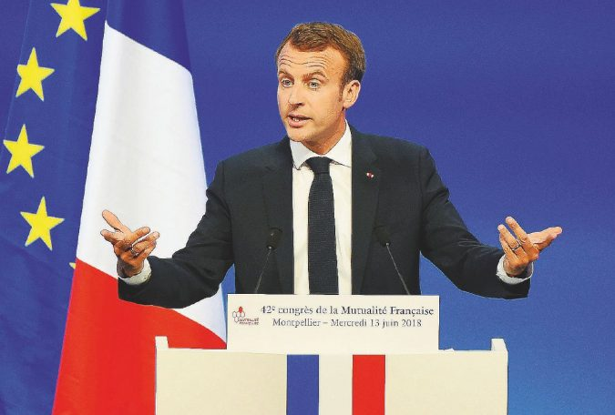 Macron e la legge anti-fake attaccata da destra e sinistra