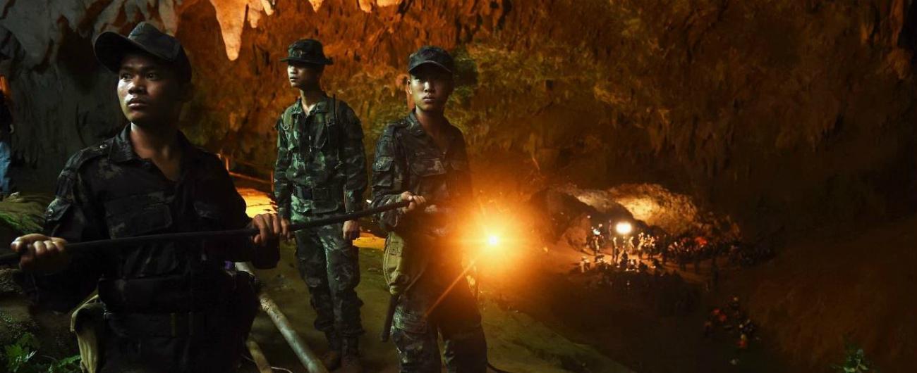 Thailandia, squadra giovanile di calcio intrappolata da giorni in una grotta: le piogge monsoniche ostacolano i soccorsi