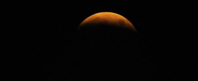 Eclissi totale di luna, sarà la più lunga del secolo: il 27 luglio il cielo si tingerà di rosso