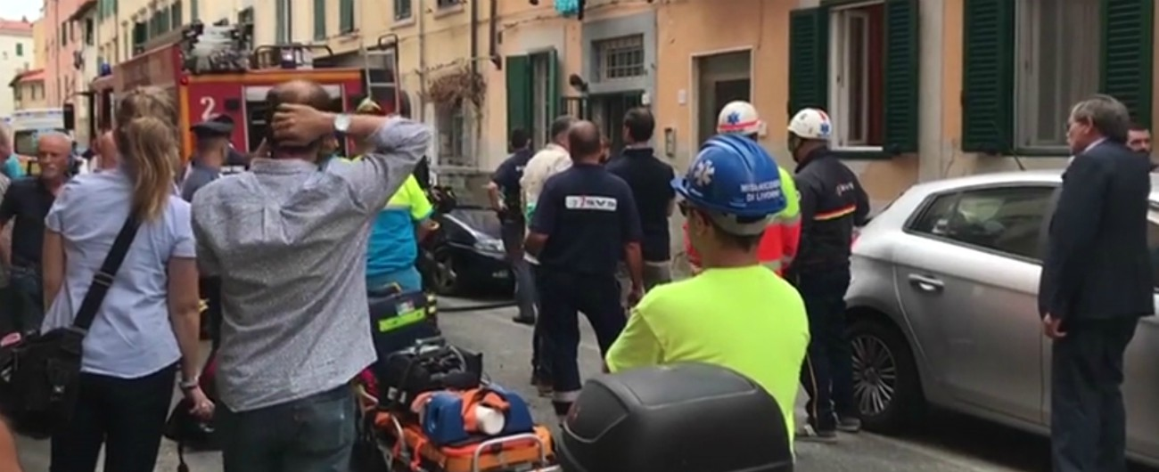 """Livorno, esplosione in una palazzina: grave una 52enne, """"ha ustioni sul 95 per cento del corpo"""". Ipotesi fuga di gas"""