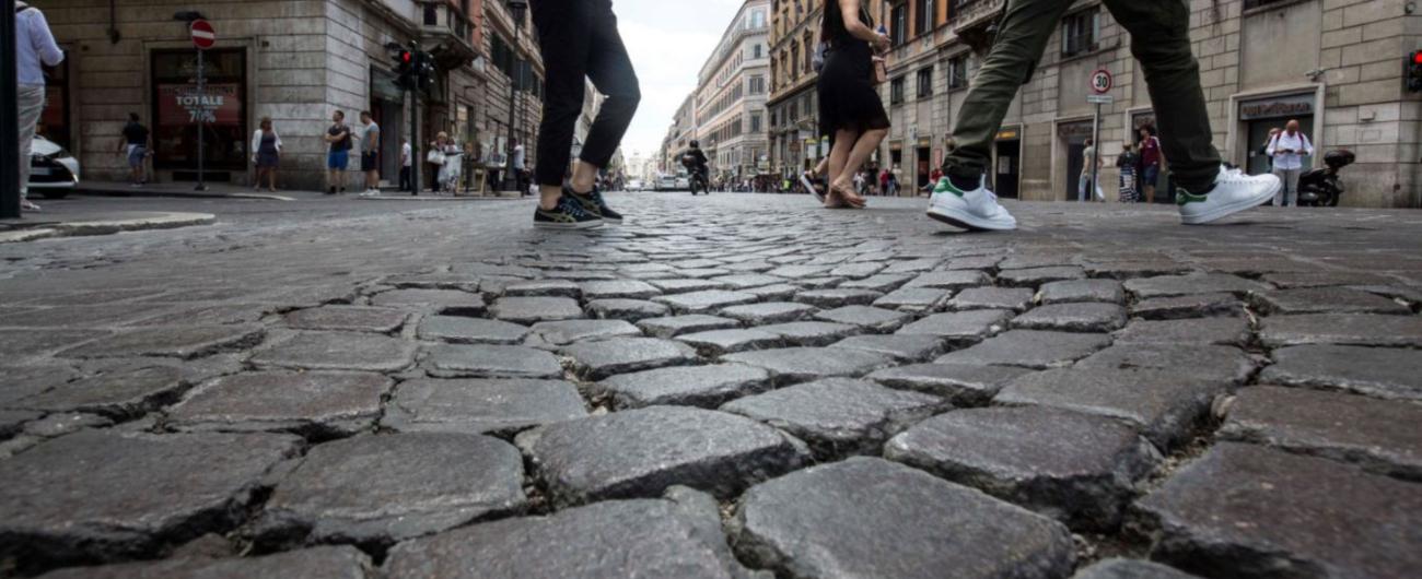 """Roma, Raggi: """"Via i sanpietrini da strade ad alta percorrenza. Danni frequenti e costi di manutenzione elevati"""""""