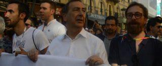 """Gay Pride, il sindaco Sala in testa al corteo canta """"Bella Ciao"""": """"Milano isolata, ma sui diritti non si arretra"""""""