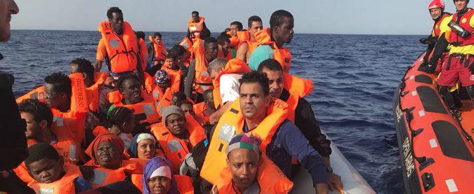 """Migranti, Open Arms diretta verso Barcellona: la guardia costiera contro la ong Proactiva: """"Disturbano motovedette"""""""