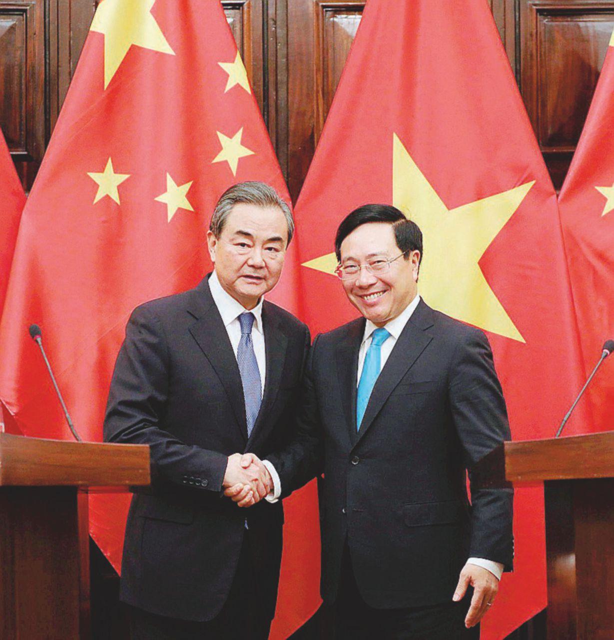 Il piccolo Vietnam in piazza rallenta il gigante cinese